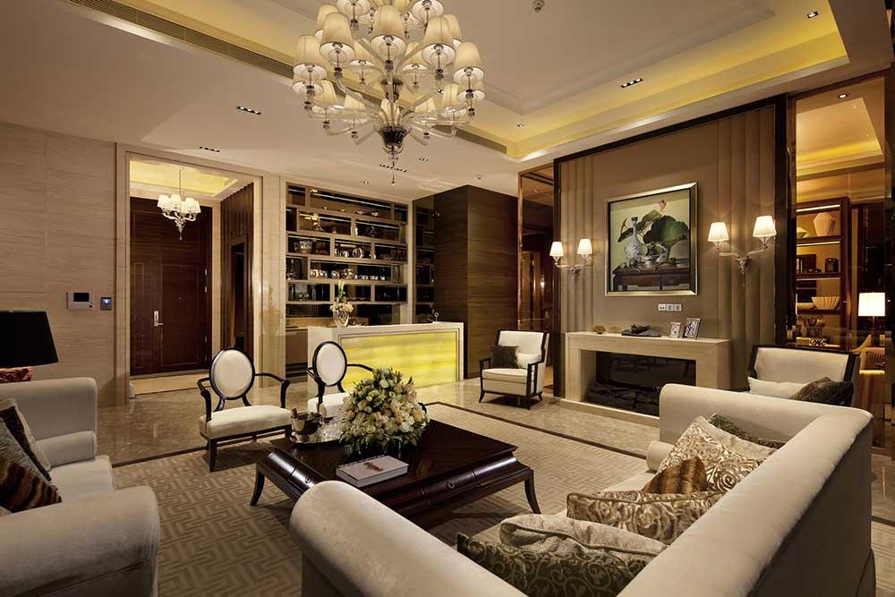 装饰性的壁炉、华丽的吊灯、低矮的实木茶几,每一处都凸显出主人的品质。