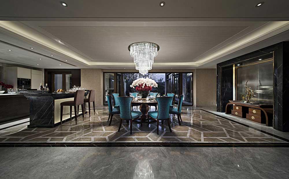 大气的吧台将餐厅和厨房简单做了分隔,华丽的欧式水晶吊灯增加就餐的仪式感。