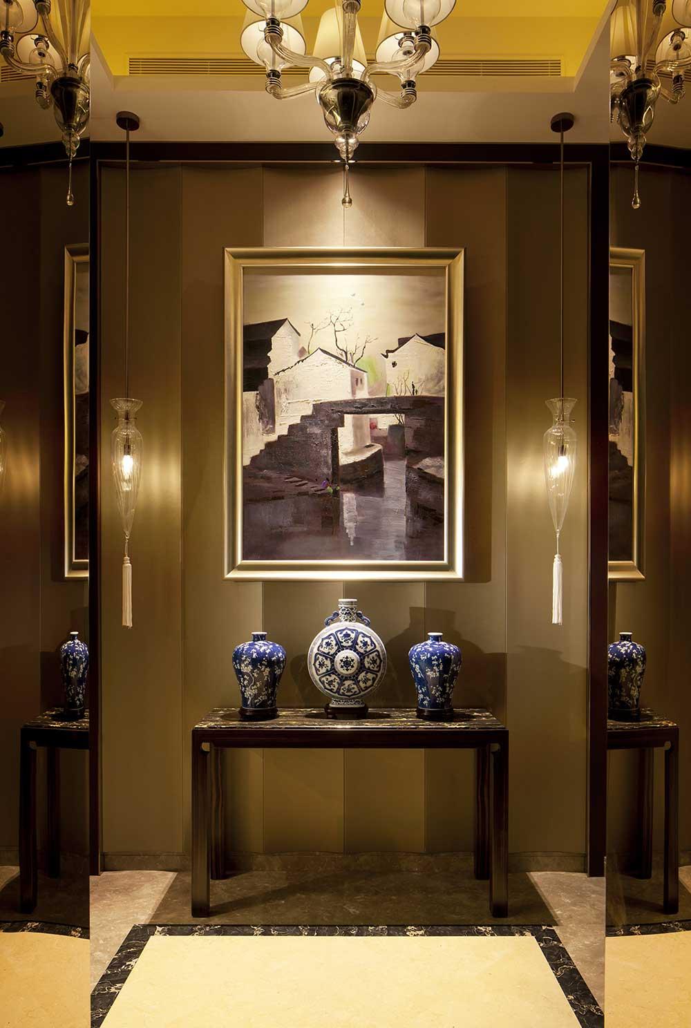 一幅乡村油画为整个玄关增添了不少色彩,装饰柜摆放着复古的瓷器,雅致时尚。