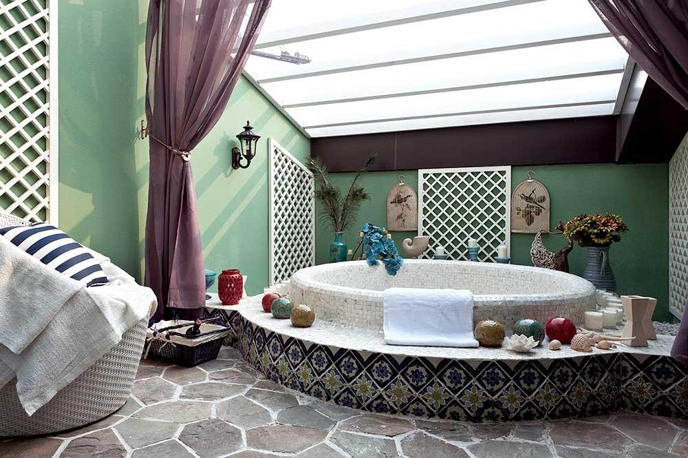 异域风格的卫生间设计创意十足。绿色的墙面撞色紫色浴帘,精致马赛克瓶贴的浴缸,在这样的卫生间舒适的泡澡浪漫到极致。