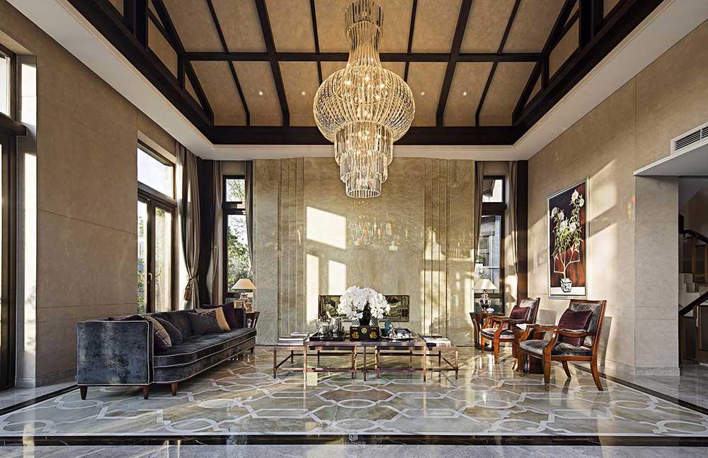 客厅左侧是古典欧式的金丝绒沙发,而右边则是中式传统典雅的木椅,中西混搭碰撞出独特的装修效果。