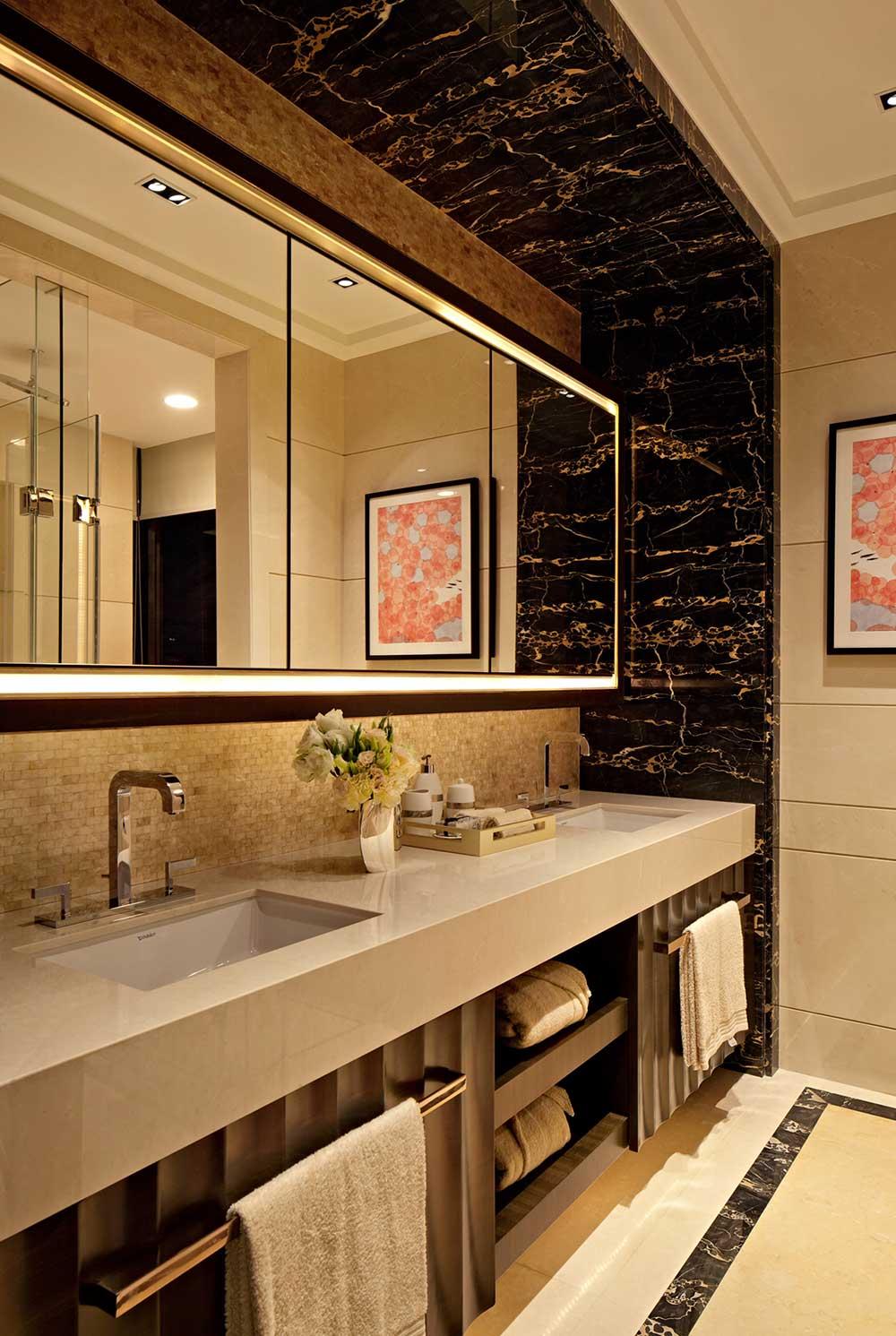 黑色花纹的大理石瓷砖搭配纯色面台,镜面带有灯带,富有创意。