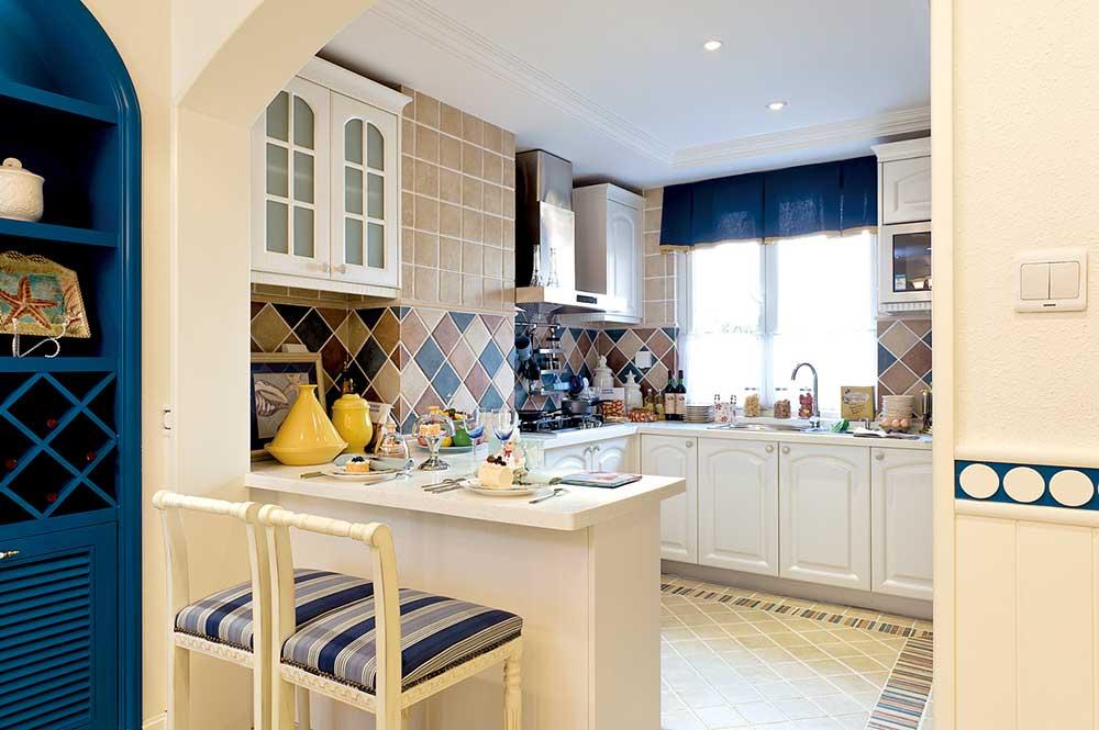 厨房隔断设计成了一个小小的餐厅吧台,简单的吃个两人餐也是非常浪漫的选择。