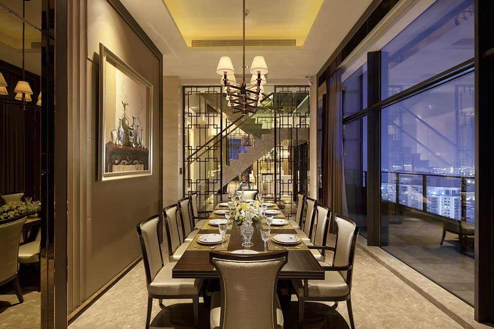 餐厅古典的吊灯散发出温暖的灯光,宽大的玻璃落地窗时尚通透。远处精致雕花的隔断又带着传统中式的风格。