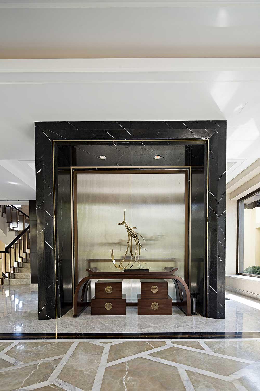 玄关是反应主人文化气质的脸面,石材与木质装饰柜的搭配奢华大气又透着淡淡的雅致。