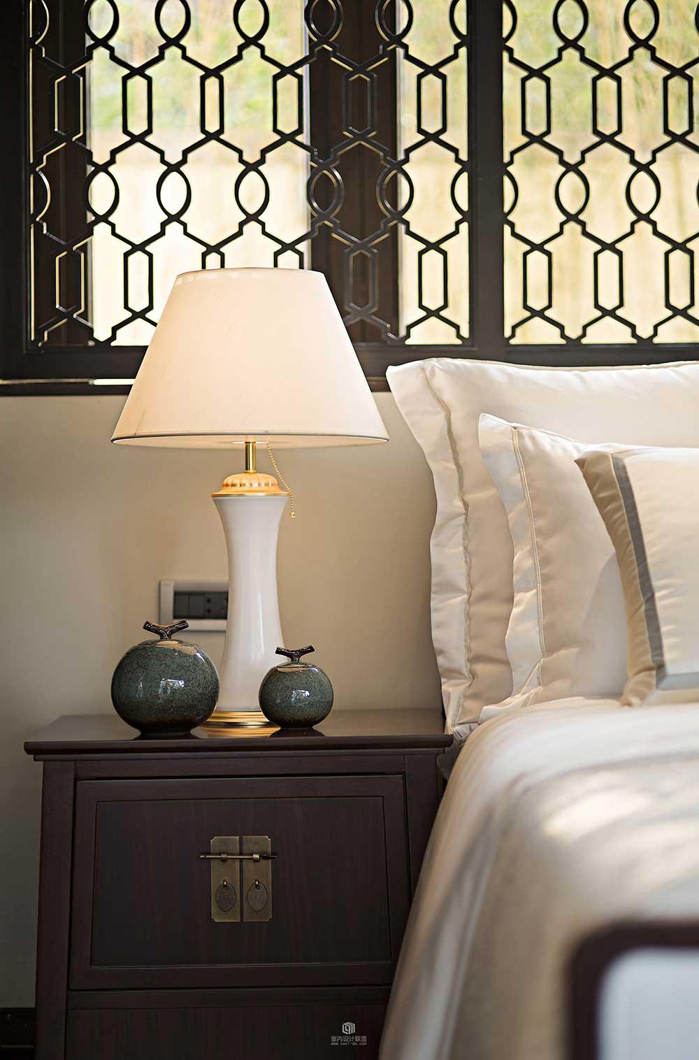 古典的楼花窗户精致典雅,改良的中式床头柜搭配精致插锁十分有韵味。