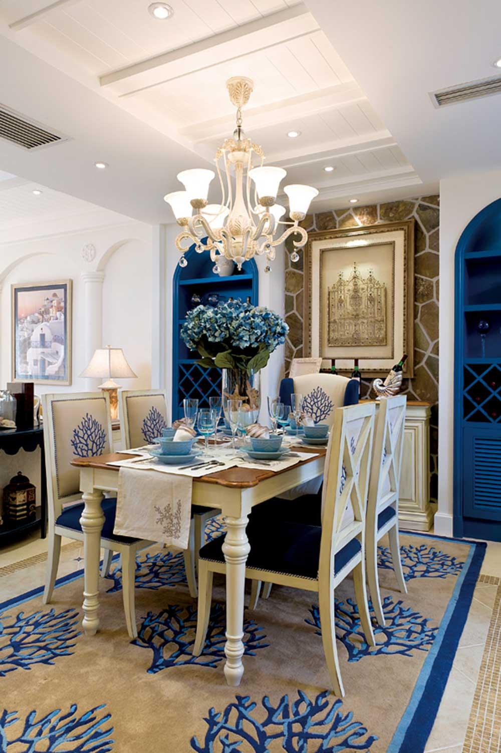 餐厅两侧蓝色拱形的装饰柜兼具收纳功能,蓝色和米色相互交融组成浪漫的地中海乐章。