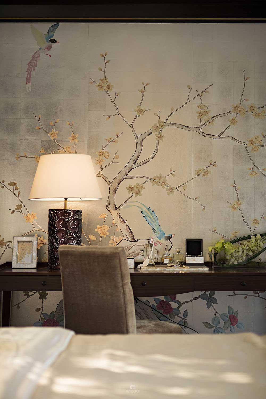 卧室墙面直接手绘上了一幅雅致的中国画,清晨起来好像都能听见清脆的鸟鸣、闻见绽放的花朵散发出的阵阵花香。