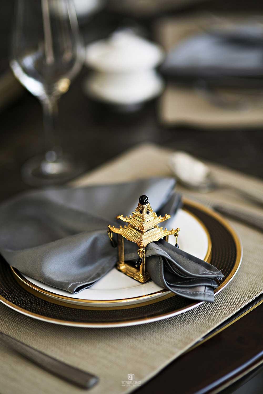 餐桌的细节布置也是别有用心,西式的餐盘搭配具有中国风的镀金小配件,华丽之余又增添了品质。