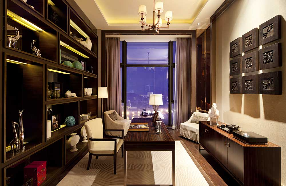 书房深色设计很有纵深感,精致的博古架可以陈列许多装饰品。