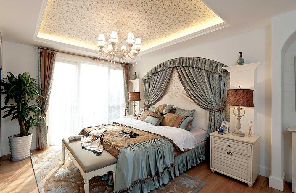 床头碎花的帷幔装饰,浪漫到每天起床都能把自己想象成小公举。