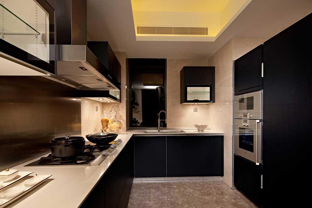 厨房整体设计以方便实用为主旨,黑色的整体橱柜搭配米色台面,十分大气。