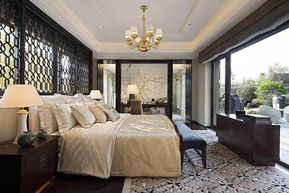 明亮的落地窗,明亮大气,双层卷帘式的窗帘设计清爽不拖沓,强大的遮光性也能保证夜间睡眠。