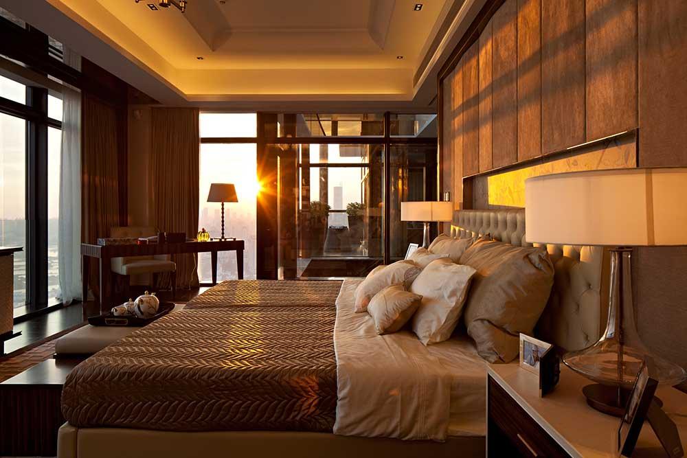 卧室设计了大面积的落地窗,每当阳光升起,温暖的阳光照射在床头,美妙的一天就由此开始啦。