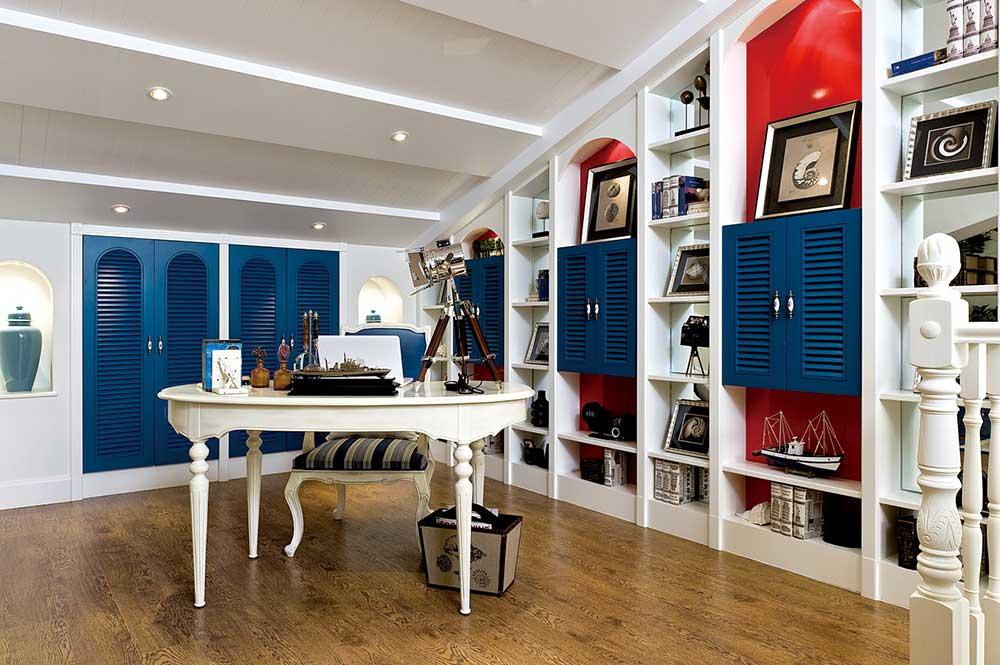 书房设计在阁楼区域,斜顶位置被设计成为一个靠墙书架,充分利用空间也非常美观。